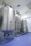De distillateur van het water in fabriek stock afbeeldingen