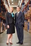 De Distributiepakhuis van onderneemsterand businessman in Stock Fotografie