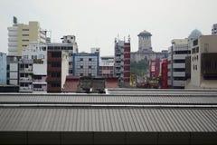 De districtsmening van de binnenstad met bureaugebouwen en hotels en oude historische toren Stock Foto's