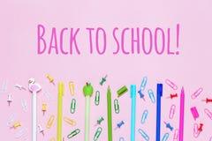De divers accessoires d'école sont présentés sous forme d'arc-en-ciel Photos libres de droits