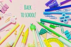 De divers accessoires d'école sont présentés sous forme d'arc-en-ciel Photos stock