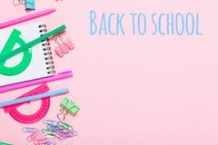 De divers accessoires d'école sont présentés sous forme d'arc-en-ciel Images stock