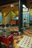 De divers objets sont exposés dans un temple bouddhiste en Hoi An (Vietnam) Photos stock