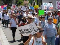 De diverse groep activisten die bij Levensonderhoudfamilies samen marcheren verzamelt royalty-vrije stock afbeelding
