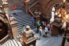 De diverse groep mensen verzamelde zich voor reis van de het Capitoolbouw van de Staat van Albany, Albany, New York, 2015 royalty-vrije stock afbeelding