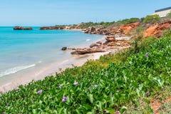 De diverse kleuren en de schoonheid van Broome met rode aarde, geel zand en turkooise wateren royalty-vrije stock afbeeldingen