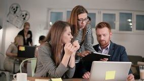 De diverse mensen groeperen groepswerk gebruikend digitale vertoning Creatieve commerciële teamvergadering in modern informeel st stock footage