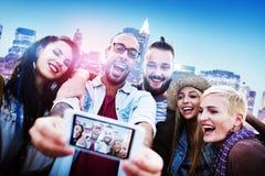 De diverse Pret die van Mensenvrienden Slim Telefoonconcept plakken Royalty-vrije Stock Afbeelding