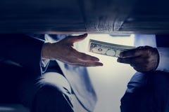 De diverse spruit van de mensenmisdaad met geld royalty-vrije stock afbeeldingen