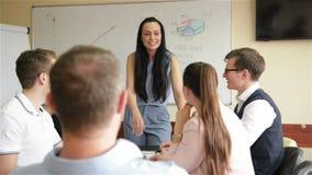 De diverse Werknemers en de Vrouwelijke Bus Mentor Raise Hands op Collectieve Bedrijfs Opleidingsworkshop worden Bezet binnen Geï stock video