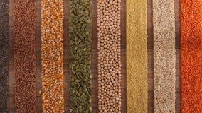 De diverse zaden en korrels schikten in kleurrijke strepen op de lijst - hoogste mening stock footage