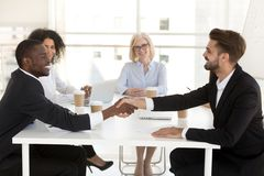 De diverse zakenlieden schudden handen die overeenkomst na onderhandeling sluiten royalty-vrije stock afbeeldingen