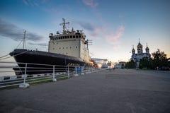` De Dixon del ` del rompehielos en el embarcadero en la ciudad de Arkhangelsk foto de archivo libre de regalías