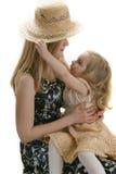 De dochter en de hoed van de moeder Royalty-vrije Stock Afbeeldingen
