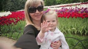 De dochter en de moeder doen het zelfpark glimlachen stock footage
