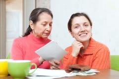 De dochter en de moeder worden berekend de familiebegroting royalty-vrije stock afbeelding