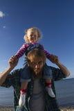 De dochter en de papa ontspannen op het strand Royalty-vrije Stock Fotografie