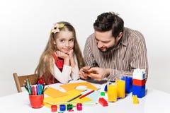 De dochter en de vader die document toepassingen uithakken stock afbeeldingen