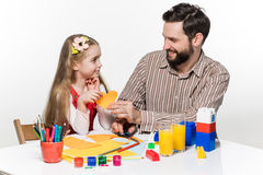 De dochter en de vader die document toepassingen uithakken stock afbeelding