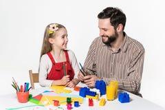 De dochter en de vader die document toepassingen uithakken royalty-vrije stock fotografie