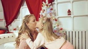 De dochter geeft een gift aan haar moeder voor het nieuwe jaar Stock Fotografie