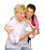 De dochter geeft gift aan haar moeder Stock Afbeelding