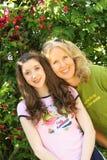 De dochter headshot verticaal van de moeder Stock Foto