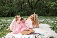 De dochter neemt beelden van haar moeder Stock Afbeelding
