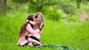 De dochter sluit moeder overhandigt zijn ogen stock footage