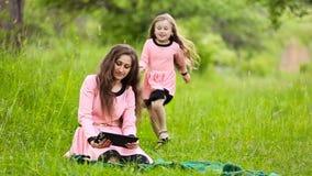 De dochter sluit moeder overhandigt zijn ogen stock videobeelden