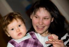De dochter van de baby met moeder. Stock Foto's