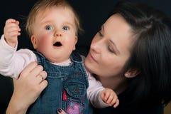 De dochter van de moeder en van de baby stock foto's