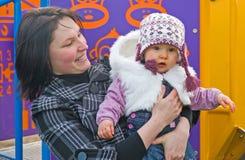 De dochter van de moeder en van de baby in het park. stock afbeeldingen