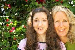 De dochter van de moeder headshot Stock Foto's