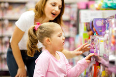 De dochter van de moeder het winkelen Stock Afbeelding