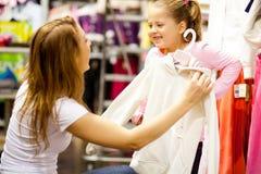 De dochter van de moeder het winkelen Stock Afbeeldingen