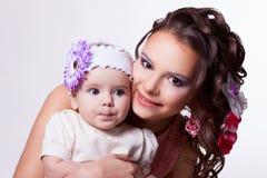 De dochter vatte iets op. 6 maanden baby met moeder Royalty-vrije Stock Foto's