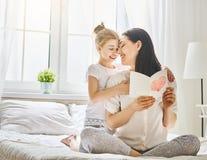 De dochter wenst mamma geluk royalty-vrije stock afbeeldingen
