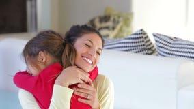 De dochterstormlopen aan Mum thuis en geeft haar een Omhelzing stock video