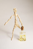 De document mens met fles olie Stock Foto