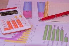 De documenten schilderden kleurrijke grafiek Boven leugens de pen, het notitieboekje en de calculator Royalty-vrije Stock Fotografie