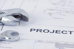 De documenten van het verkopersproject met moersleutel royalty-vrije stock afbeeldingen
