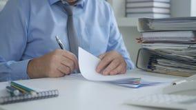 De Documenten van zakenmanimage signing accounting stock afbeelding