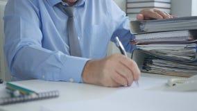 De Documenten van zakenmanimage signing accounting stock foto