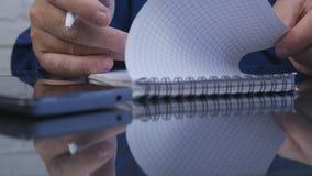 De Documenten van zakenmanimage signing accounting in Bureauzaal stock foto