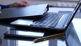 De Documenten van zakenmanoffice job close over het Laptop Toetsenbord stock footage
