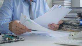 De Documenten van zakenmanworking with financial in Boekhoudingsbureau stock foto's
