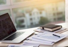 De documentengrafiek van de zakenman werkende lezing financieel aan baan suc Royalty-vrije Stock Afbeeldingen