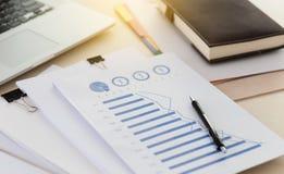 De documentengrafiek van de zakenman werkende lezing financieel aan baan suc Stock Foto's