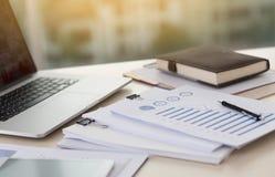 De documentengrafiek van de zakenman werkende lezing financieel aan baan suc Stock Fotografie